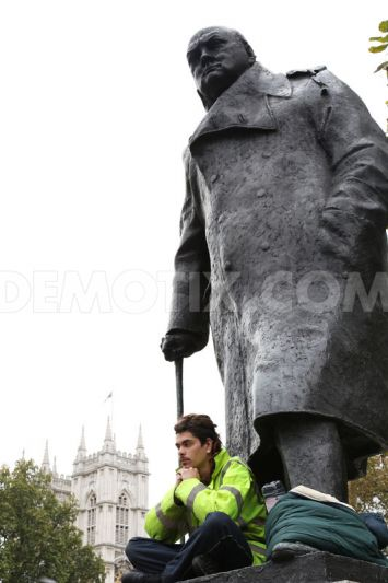 lone-protester-after-spending-night-on-winston-churchill-statue_6074772